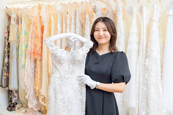 2b79933451b09 花嫁の好みやイメージに合わせ、運命の一着をコーディネートするドレススタイリスト。ドレス、ベール、ティアラ、アクセサリーなどトータルにスタイリングできるセンス  ...